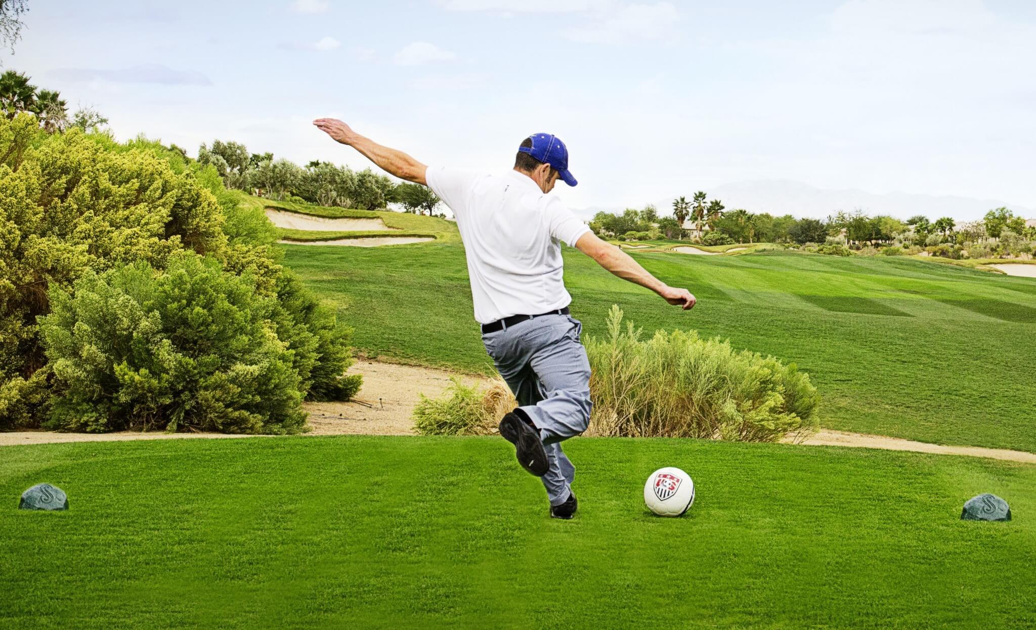 Mężczyzna grający w Footgolf