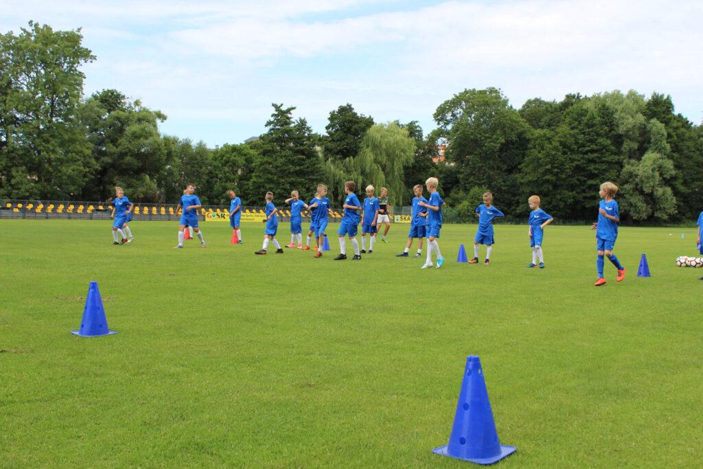 Dzieci na boisku GOSiR w Skarszewach